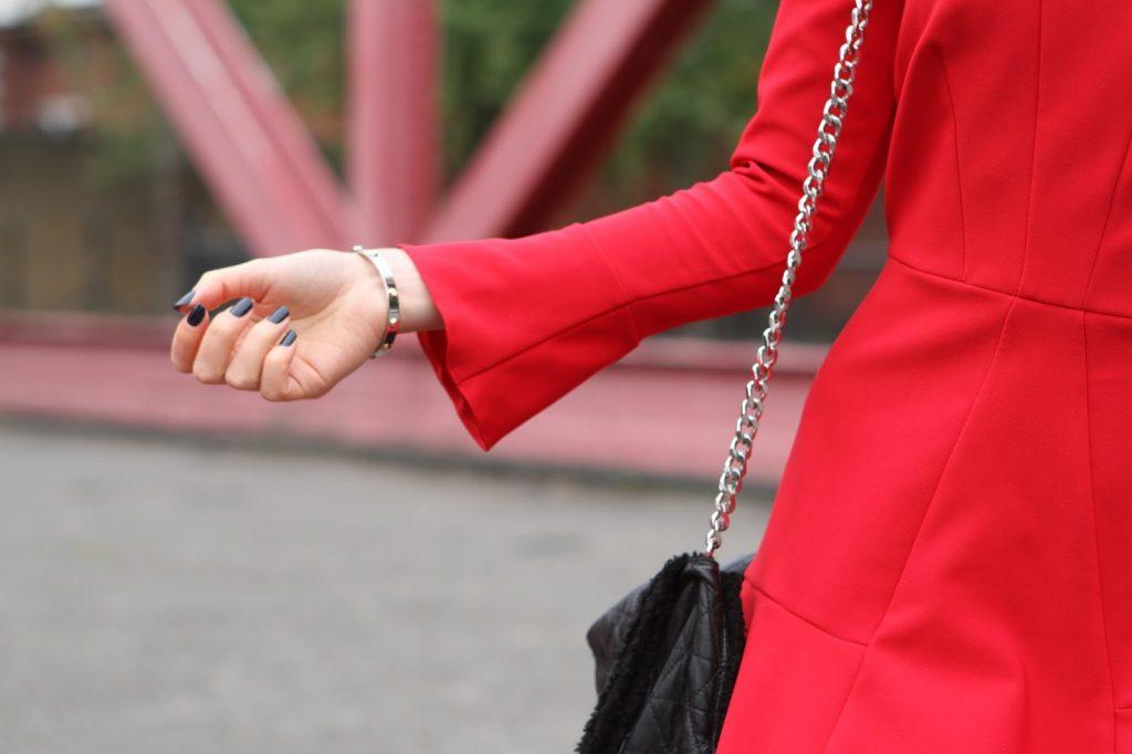 Lady in red - the elle next door